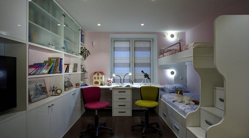 При неимении возможности обустроить кабинет, можно выделить уголок в комнате под компьютерный стол.