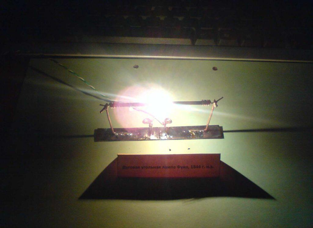 Дуговая угольная лампа.