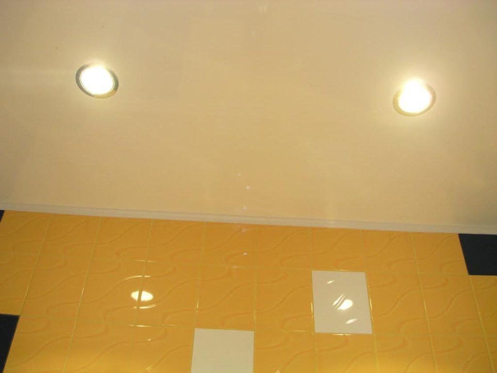 Потолочные светильники в ванную.
