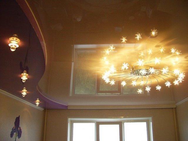 Стильное освещение потолка.