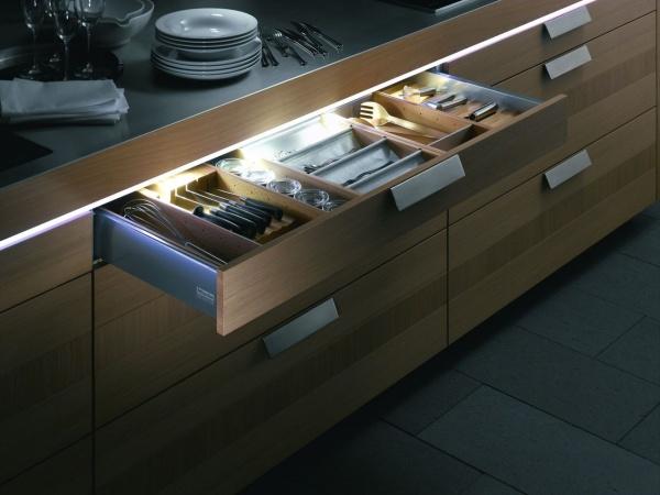 Бесконтактные. Загораются лишь в момент использования мебели, например, при открывании створок шкафа или выдвижении ящика.