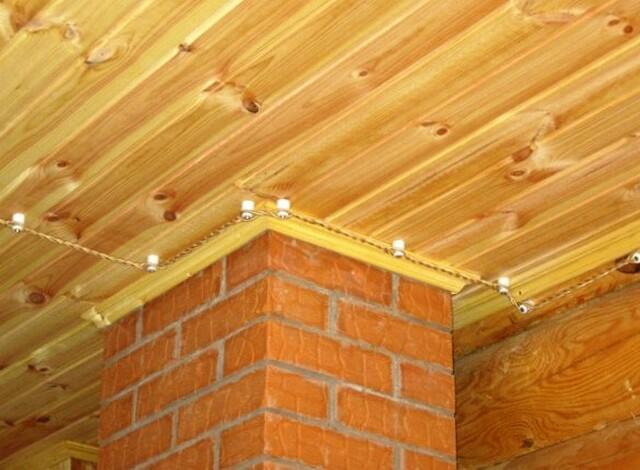 Чтобы открытая проводка не привлекала внимания, ее пускают по потолку.